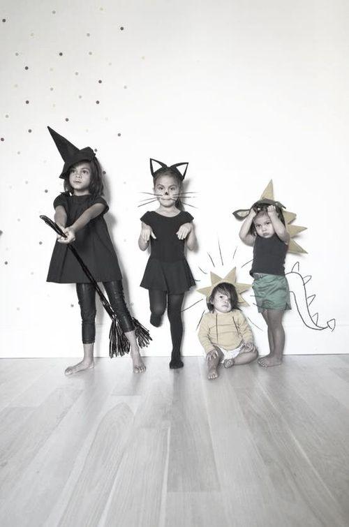 Die kleine bekleidete Kinder in Halloween