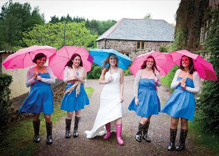 Brautjungfern mit Regenschirm in Hochzeit