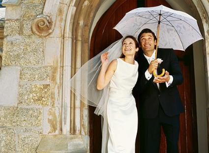 Hochzeit im Regen mit Schirm