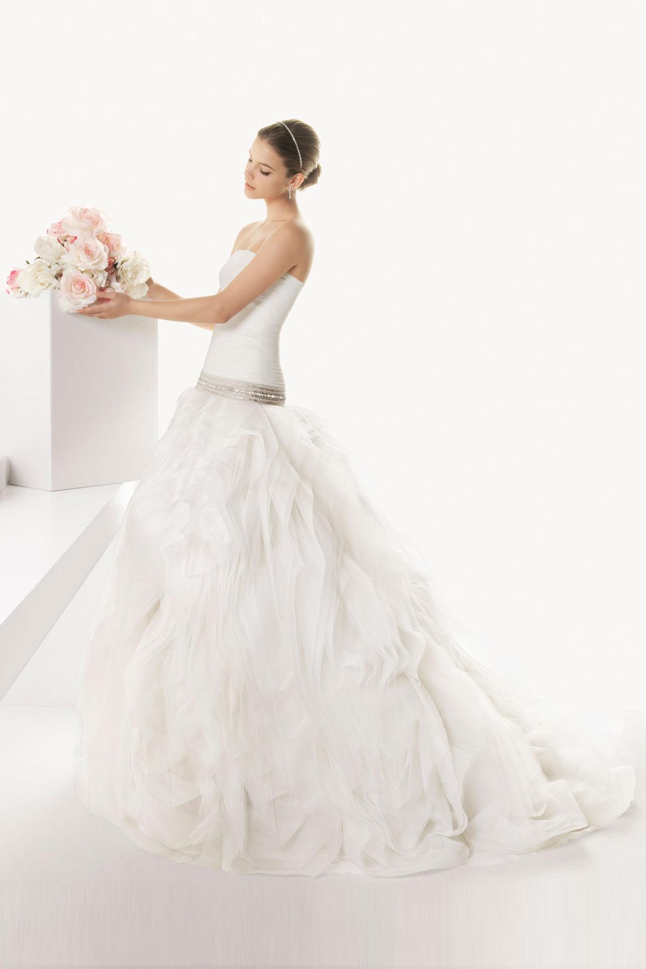 Elegantes langes schönes Brautkleid