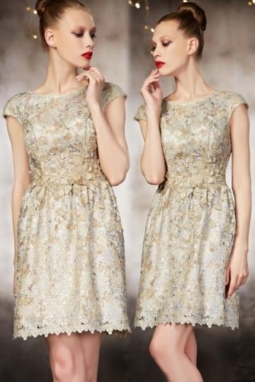 Schönes kurzes goldes A Linie Abendkleid